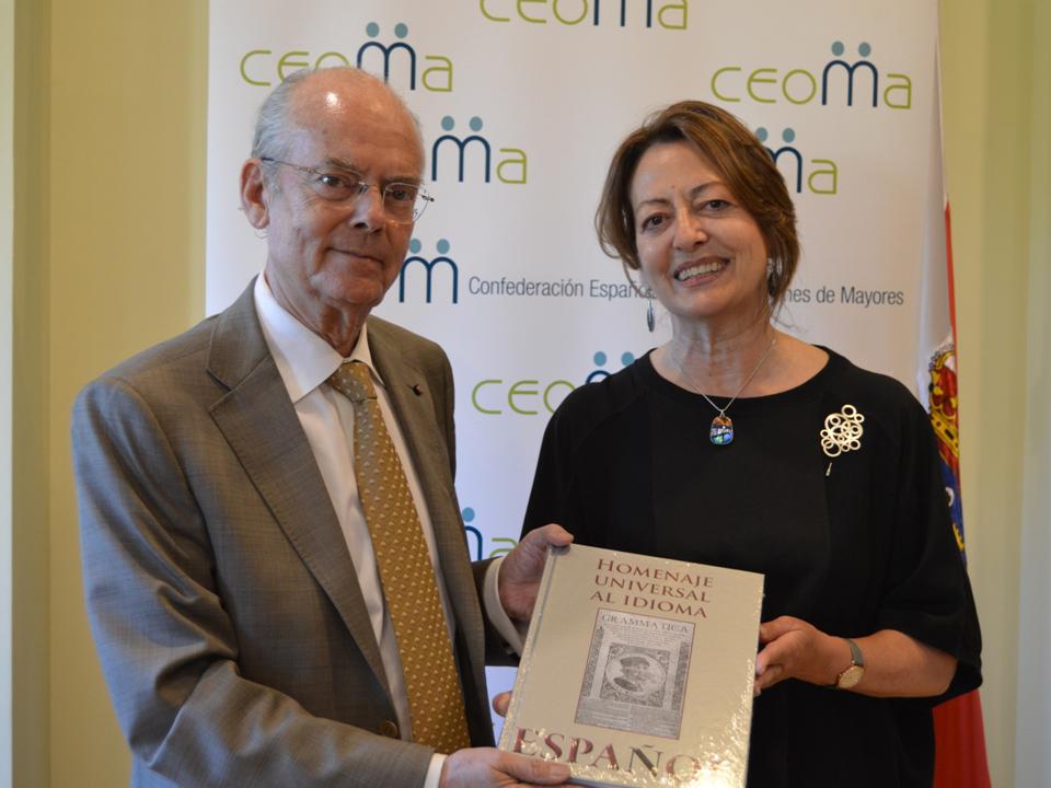 La Presidenta de CEOMA –Confederación Española de Organizaciones de Mayores- Dña. Carmen Revilla recibe el libro del HOMENAJE UNIVERSAL AL IDIOMA ESPAÑOL